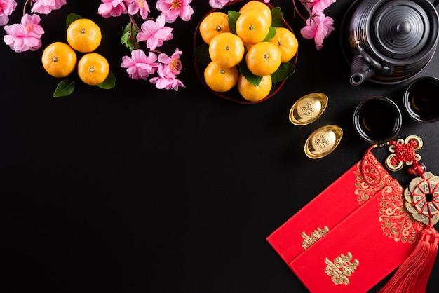 De chinese nieuwe decoratie van het jaarfestival op een zwarte achtergrond.