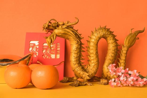 De chinese nieuwe decoratie van het jaarfestival op kleurenachtergrond.
