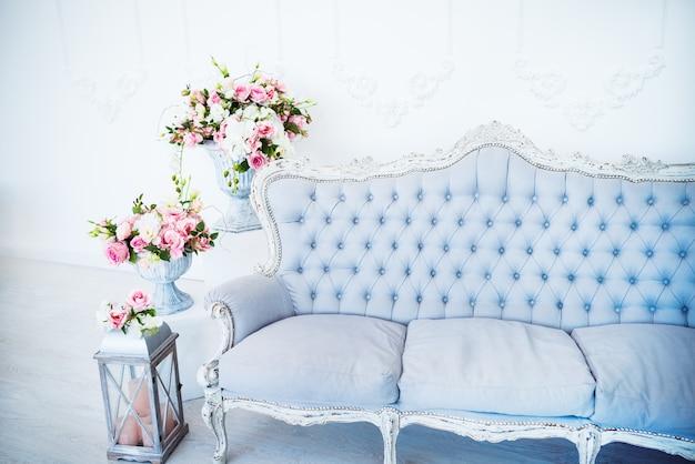 De chique inrichting en gezellige sfeer in een lege woonkamer met fauteuils met bloempotten en decor