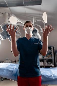 De chirurg gooit de siliconenimplantaten over. borstvergroting en liftchirurgie