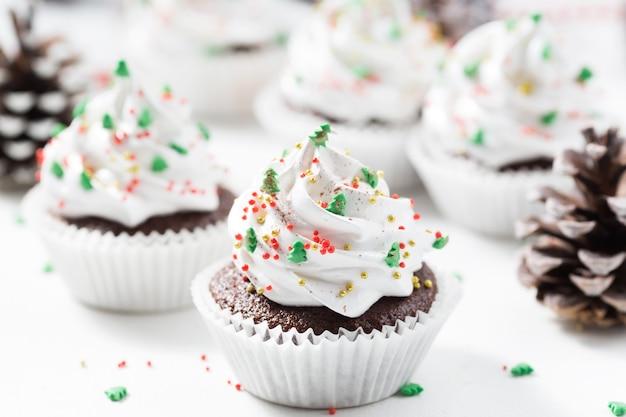 De chocolade cupcake verfraaide witte room en sparren.