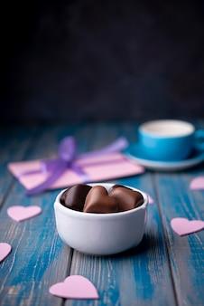 De chocolade van de valentijnskaartendag in kop met exemplaarruimte