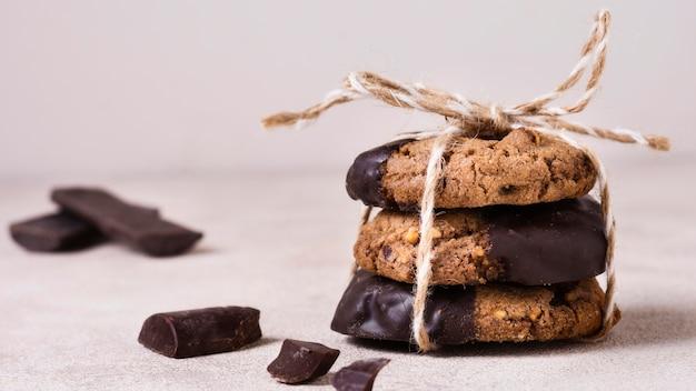 De chocoladekoekjes van de close-up klaar om worden geserveerd