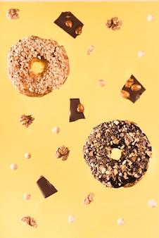 De chocoladekoekjes van de close-up met noten