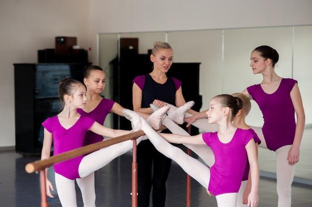 De choreograaf leert kinderen dansen