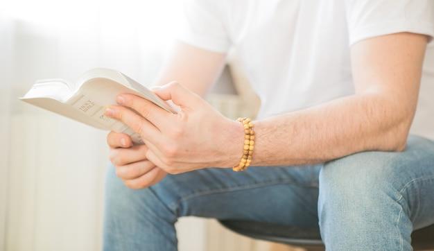 De christen houdt de bijbel in zijn handen. de bijbel lezen. het concept van geloof, spiritualiteit en religie