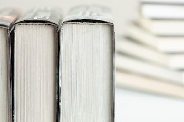 De close-up gestapelde boeken met defocused achtergrond