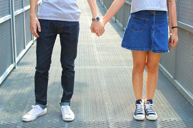 De close-up shot van paar hand bij elkaar te houden concept van liefde, zorg, aanmoedigen en relatie