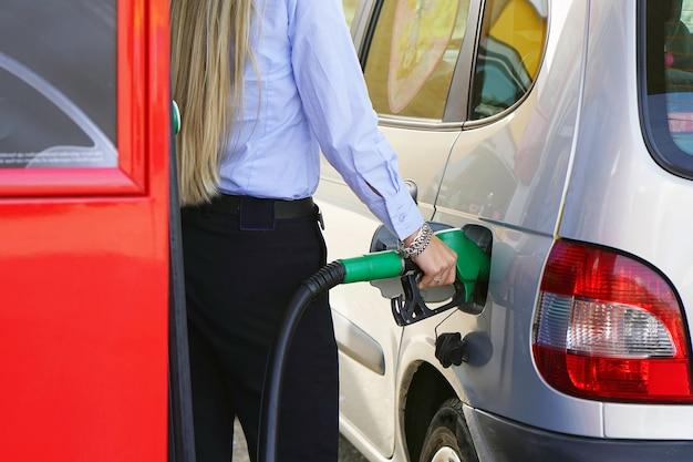 De close-up tankt benzine in benzinestation bij