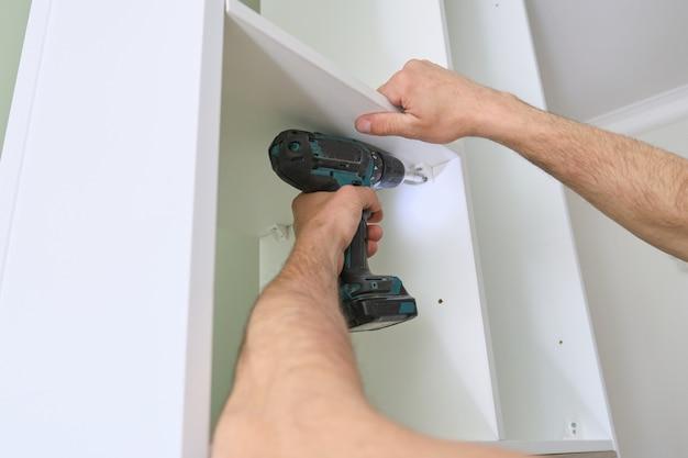 De close-up van arbeiders overhandigt met professionele hulpmiddelen en meubilairdetails