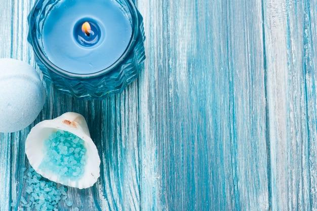De close-up van badbommen met blauwe aangestoken kaars