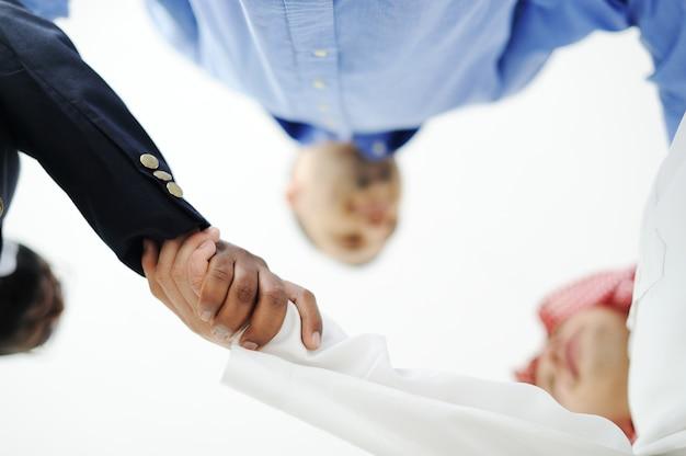 De close-up van het bedrijfsmensen schudden overhandigt een overeenkomst