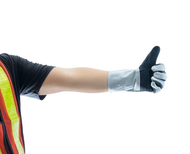 De close-up van mannetje dient beschermende handschoenen in en tonend duimen ondertekent omhoog tegen geïsoleerd