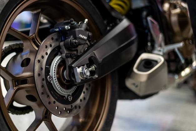 De close-upband en de schotel bakken van sportmotorfiets