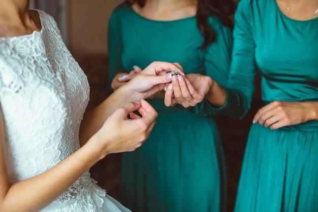 De close-upbruid wordt klaar in de ochtend met bruidsmeisjes