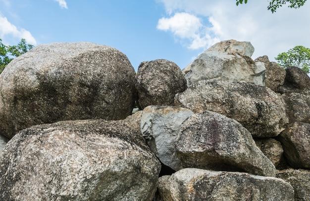 De close-upgroep grote rots voor verfraait op de achtergrond van de tuintextuur