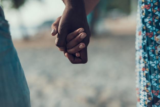 De close-upmening van afro-amerikaans paar is hold hands