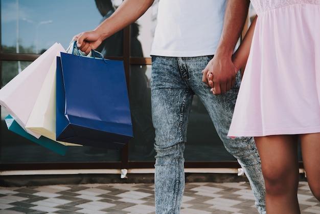 De close-upmening van afro-amerikaans paar loopt in stad.