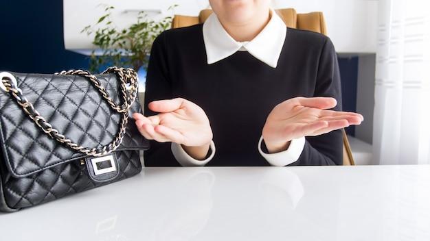 De close-upmening van onderneemster kreeg financiële problemen die haar handen houden.
