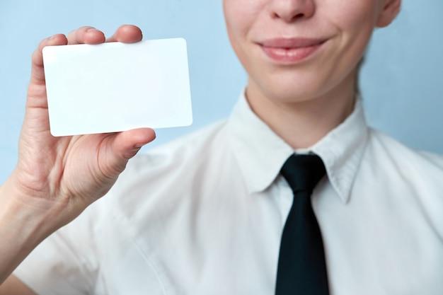 De close-upmening van werknemer van de bank biedt een plastic kaart aan. bedrijfsvrouw die plastic creditcard of adreskaartje tonen.
