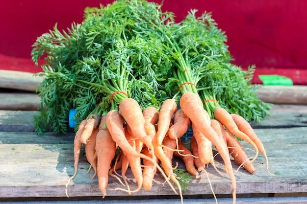 De close-uppos van mooie babywortel bij de markt voor verkoopt