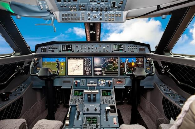 De cockpit van het vliegtuig met blauwe lucht buiten