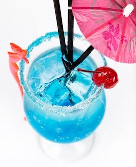 De cocktail van de close-upversheid met ijs in glas met het drinken van stro