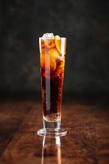 De cocktail van de de ijsthee van het lange eiland met bezinning