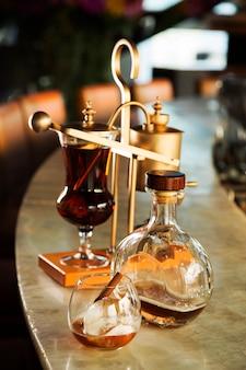 De cocktail van de infusiewhisky dient op lijst