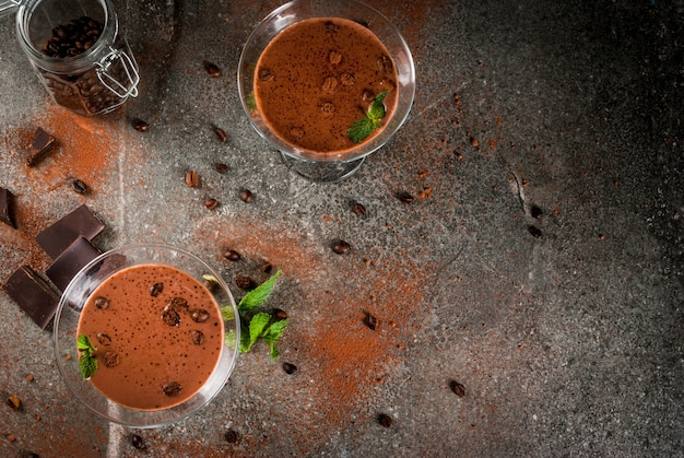 De cocktail van de roomkoffie, chocolade martini met munt op zwarte steenlijst, copyspace hoogste mening