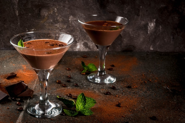 De cocktail van de roomkoffie, chocolade martini met munt op zwarte steenlijst, copyspace