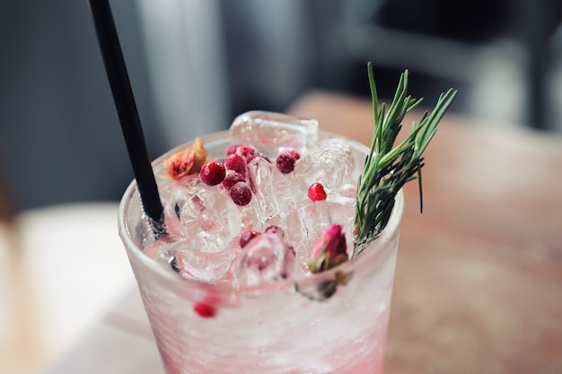 De cocktail van het aardbeisap met soda op houten achtergrond