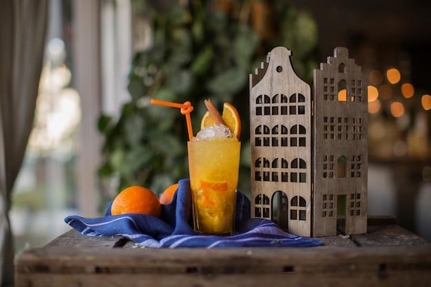 De cocktail van het ijsfruit op blauw weefsel