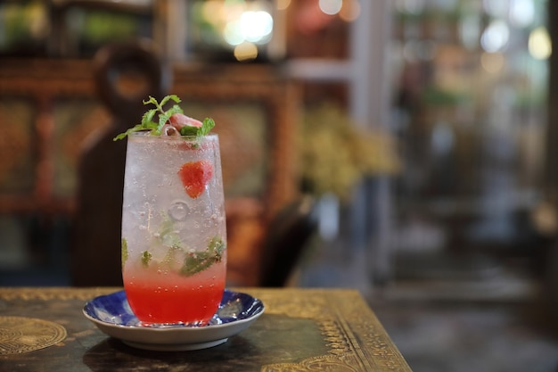 De cocktaildrank van aardbeimojito op houten achtergrond