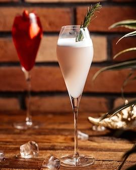 De cocktails van een vooraanzichtfruit binnen glazen op het bruine houten het dessertfruit van de bureaucocktail