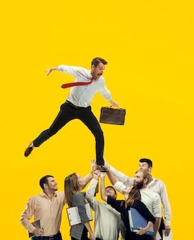De collage over business team. de medewerkers ondersteunen een jonge zakenman per team