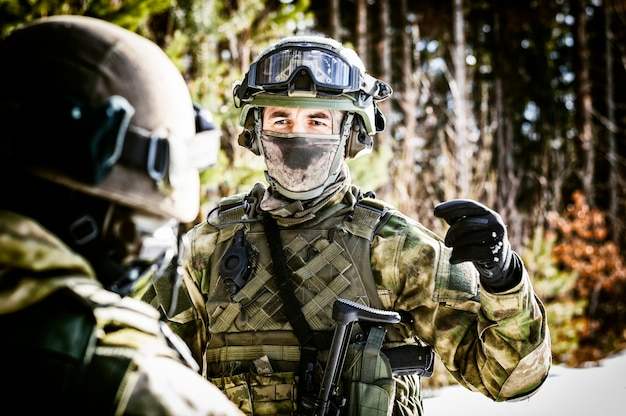 De commandant van de speciale troepen houdt voor de operatie een briefing.