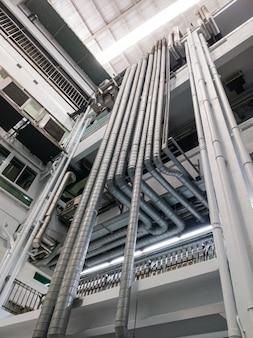De complexe metalen buis van het ventilatiesysteem.