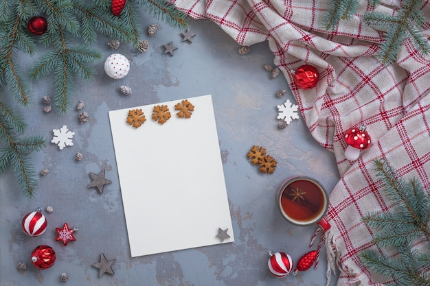 De compositie met kerst- en nieuwjaarswensenlijst, gefeliciteerd en briefkaart-schrijfaccessoires, plat liggend, afgezwakt