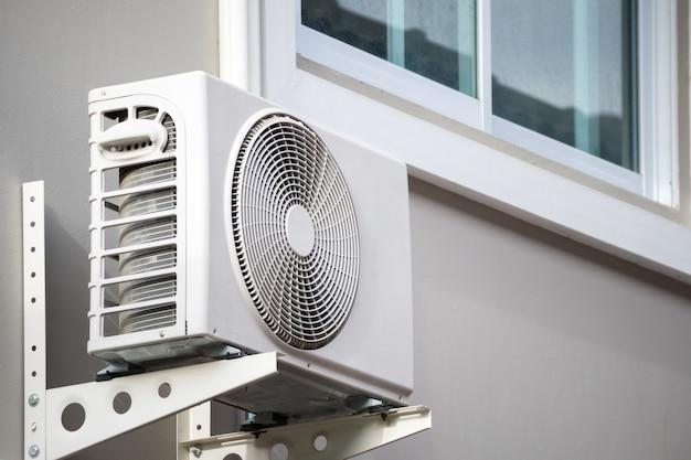 De compressor van de buitenunit met airconditioning kan buiten het huis worden geïnstalleerd