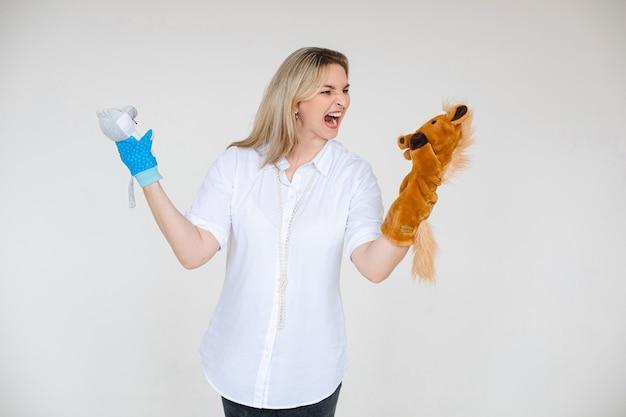 De conceptuele foto van de voorraadstudio van woedende blonde vrouw in witte blouse