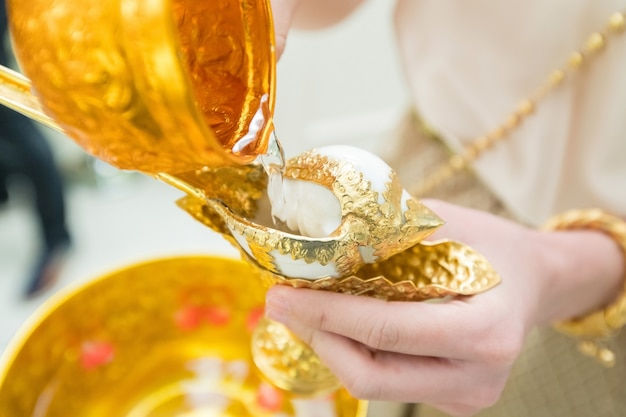 De conch thaise traditionele huwelijksceremonie aziatische cultuur water geven voor kunstwerkontwerp