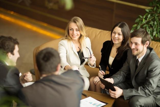 De conferentie van ondernemers. een heel belangrijke deal sluiten voor het bedrijf.