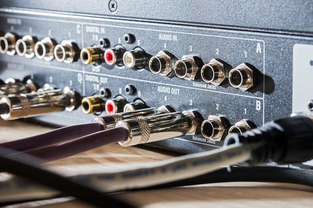 De connectoren zijn aangesloten op de sound mixer van de geluidsopnamestudio en in de telecommunicatie
