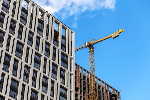 De constructie van een gebouw met meerdere verdiepingen. lading kraan