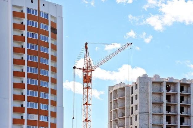 De constructie van een gebouw met meerdere verdiepingen met bouwkraan.