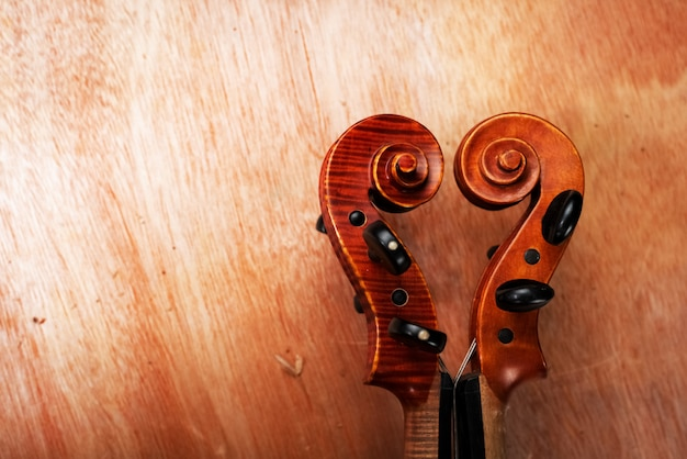 De constructie van viool, scroll, pegbox en hals, op een houten bord