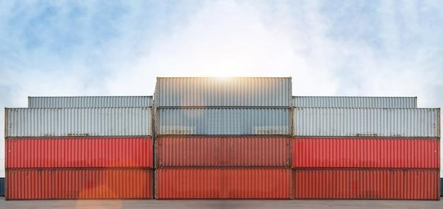 De container en de kraan heffen containerlading op containerdepot op