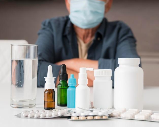De containers van het close-upmedicijn op bureau