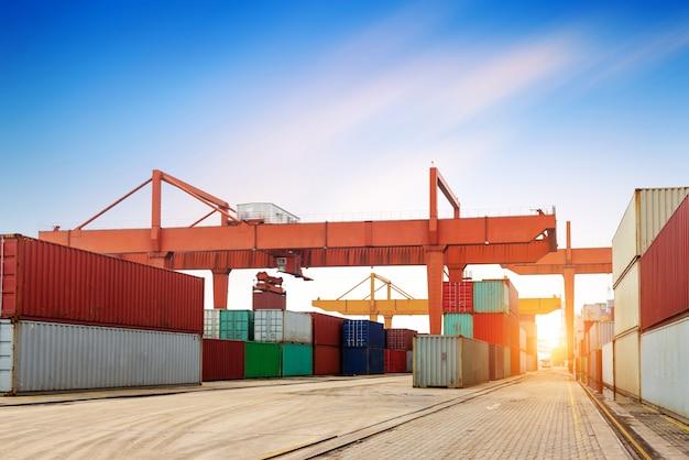 De containerterminal in de schemering
